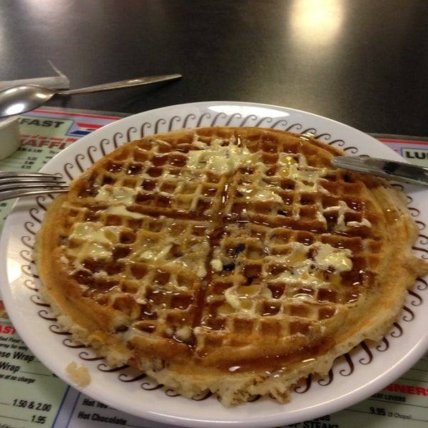 Photo taken at Waffle House by Adi Y. on 5/26/2013