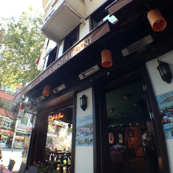7/20/2013 tarihinde Lee J.ziyaretçi tarafından Cozy Bar&Restaurant'de çekilen fotoğraf