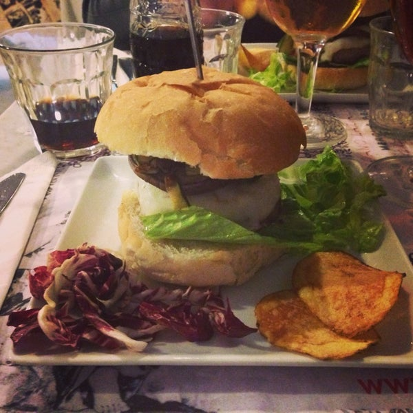 Foto scattata a QUARTO Burger & Drinks da Miriam S. il 5/18/2014