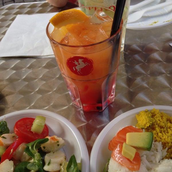 L'apericena (cocktail o altra bevanda+buffet) costa 10€ ed offre svariati piatti. Locale giovane e personale molto gentile