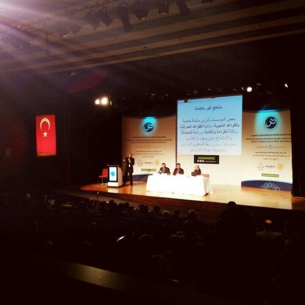 รูปภาพถ่ายที่ İstanbul Üniversitesi Kongre Kültür Merkezi โดย Senem Y. เมื่อ 12/17/2016