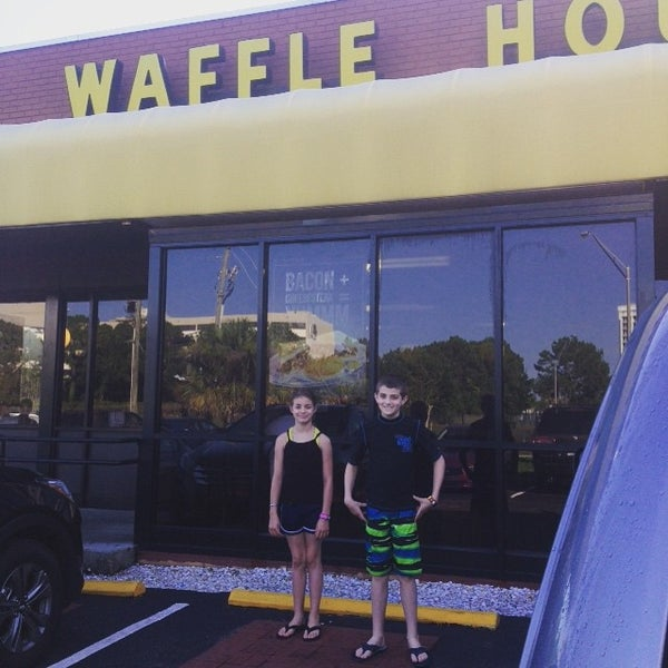 Photo taken at Waffle House by Marina R. on 6/26/2015