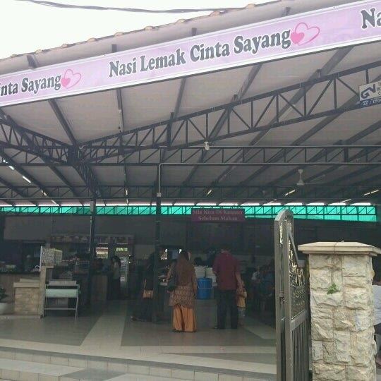 Photo taken at Nasi Lemak Cinta Sayang by Hazmin C. on 11/22/2016