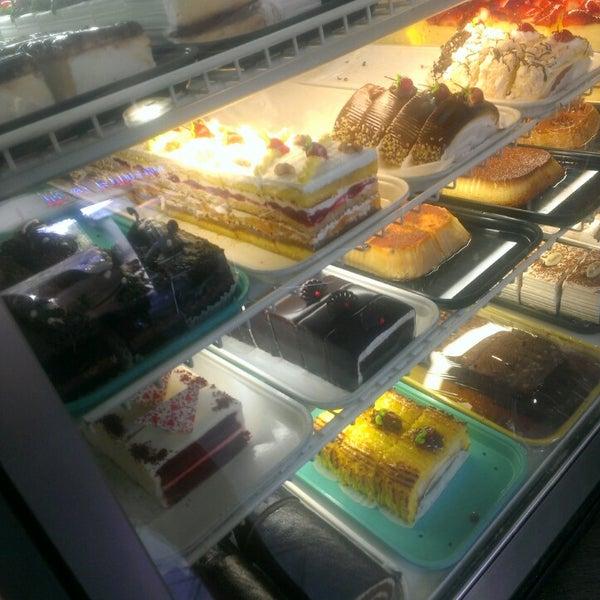 Foto tomada en La Nueva Bakery por Maria J. el 5/2/2013