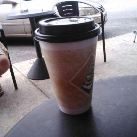 Foto tirada no(a) Crestwood Coffee Co. por Thomas H. em 5/20/2013