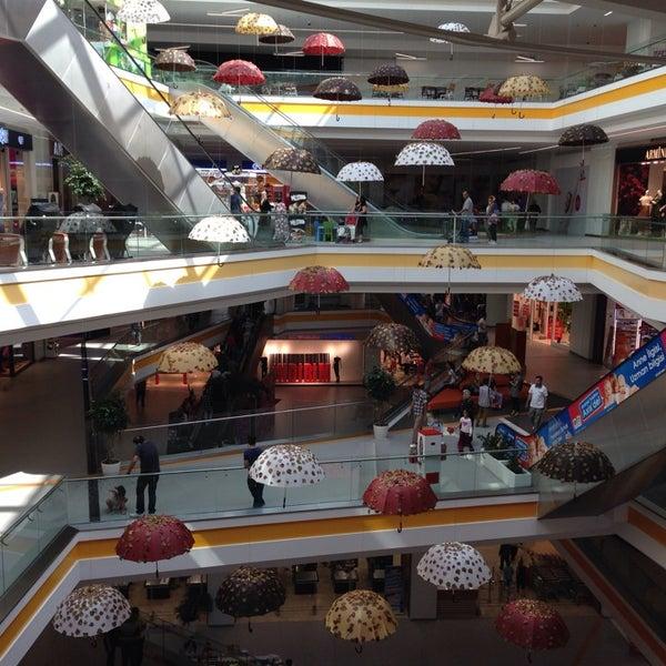 Kapalı otopark girişi güzel kafa yapan alışveriş merkezi müthiş mimarlık harikası :)