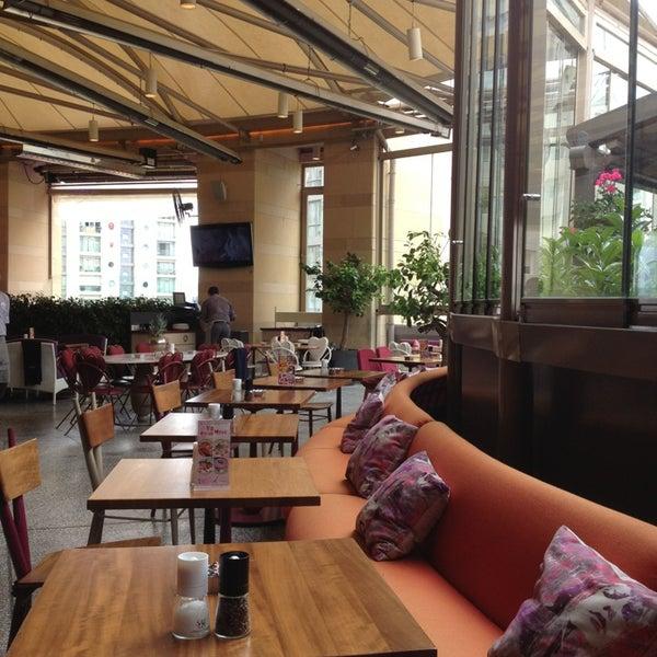 6/12/2013 tarihinde L🌹A🌹T🌹Eziyaretçi tarafından Ve Cafe & Restaurant'de çekilen fotoğraf