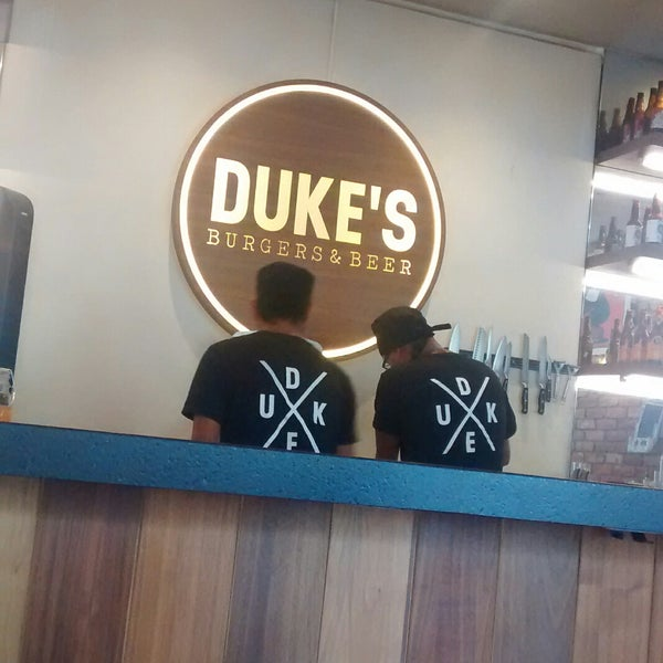 Foto tomada en Duke's Burgers & Beer por Diana R. el 7/28/2017