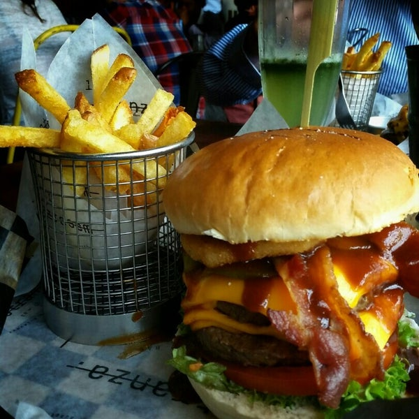 Foto tomada en La Maestranza Sandwich & Burger Bar por Felipe Z. el 2/5/2016