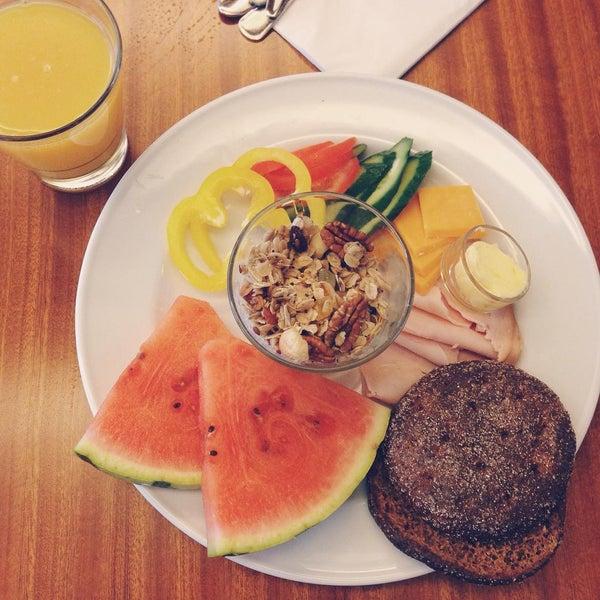 Das Foto wurde bei Deli Café Maya von Ilya P. am 8/25/2015 aufgenommen