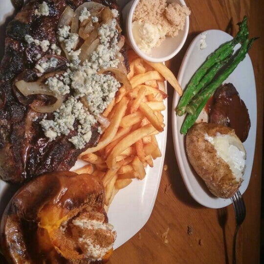 Photo taken at Outback Steakhouse by Mikhaile Y. on 11/22/2015