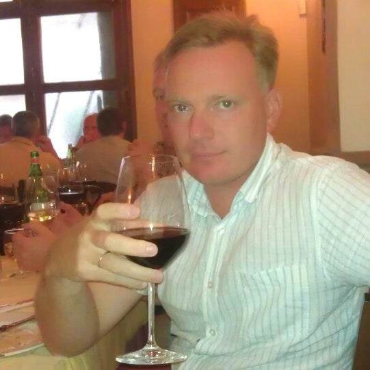Лазанья, вино и ещё четыре подачи блюд. Отличная еда, хорошая компания, праздник живота.