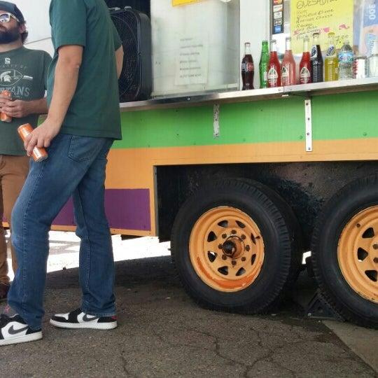 Foto tomada en El Oasis Taco Truck por Melik B. el 9/24/2016