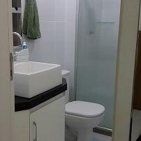 Banheiro com chuveiro multi-temperaturas.