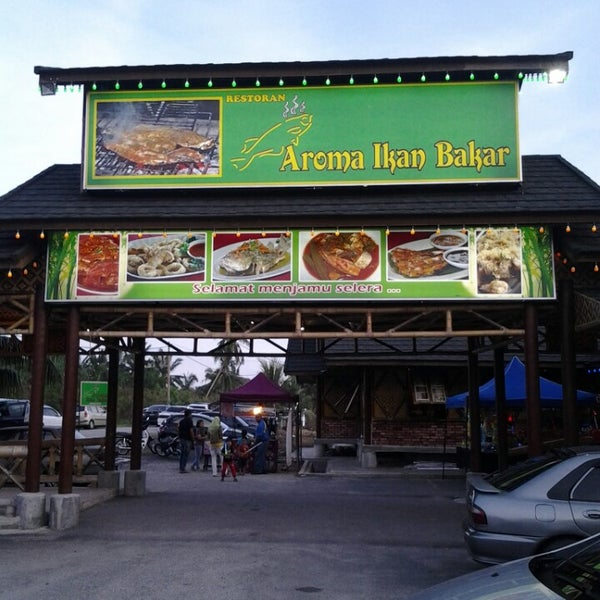 Photo taken at Aroma Ikan Bakar by Ridzwan W. on 5/12/2013