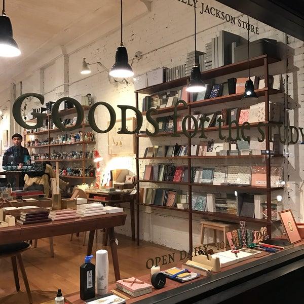 Das Foto wurde bei McNally Jackson Store: Goods for the Study von emma t. am 3/9/2017 aufgenommen