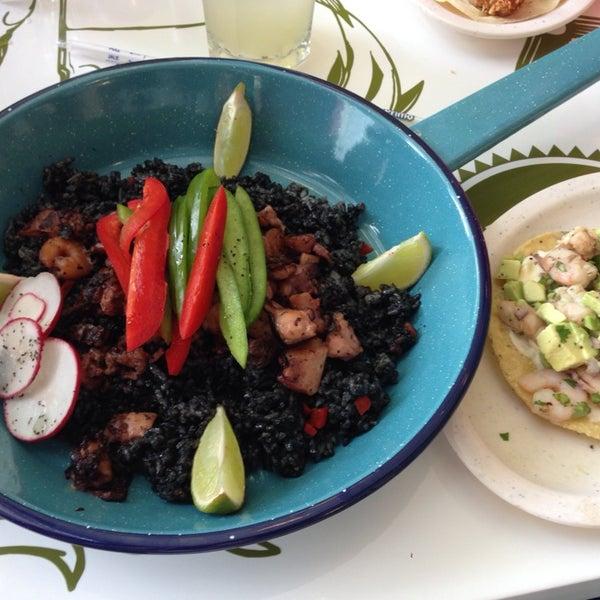 Recomiendo el arroz Memín Pingüín y la tostada de camarón. Muy rico restaurante pero está carito.
