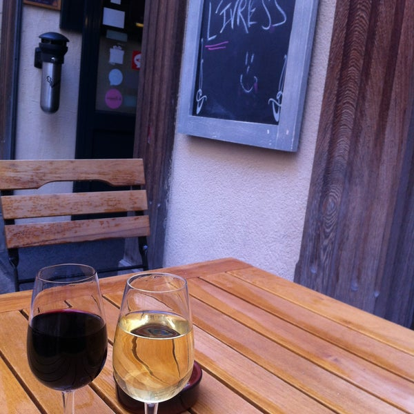 Petit bar à vin bien chouette ! Aucune  prétention et ils vous goûter ! En revanche, pas de place sans réservation à l'intérieur !