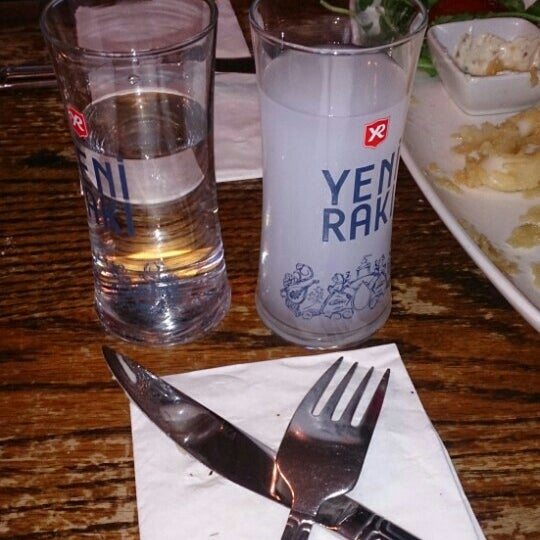 Photo prise au Makara Charcoal Grill & Meze par Özge Ö. le7/23/2015