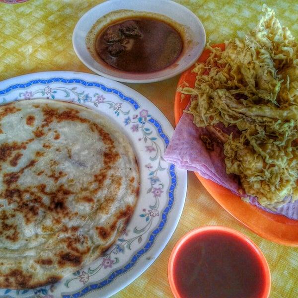 Photo taken at Restoran Lempeng by UmiAbiNini on 2/4/2014