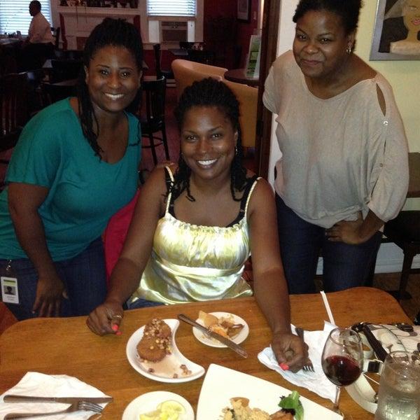 Foto tomada en Sweet Potato Café por Phyllis I. el 6/17/2013
