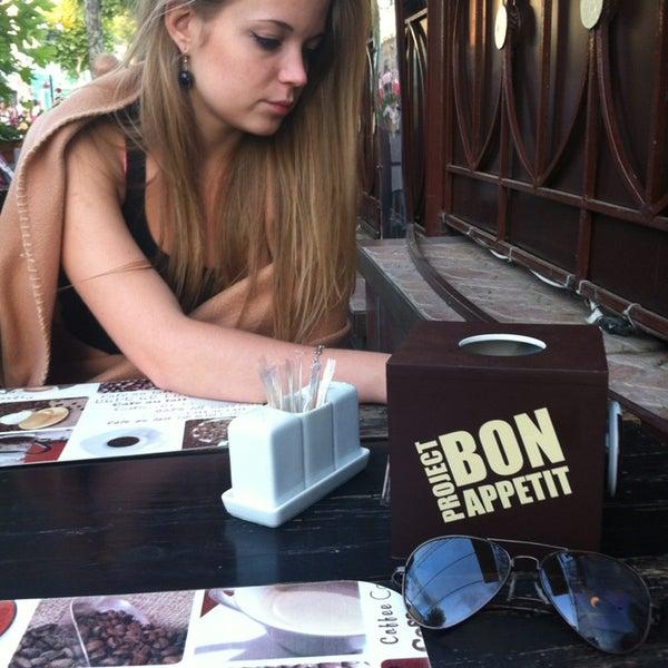 7/22/2013 tarihinde Ксюня Ч.ziyaretçi tarafından Café Bon Apрétit'de çekilen fotoğraf