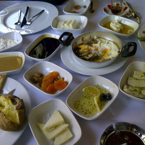 6/23/2013 tarihinde Serdar N.ziyaretçi tarafından Lokmahane Restaurant'de çekilen fotoğraf