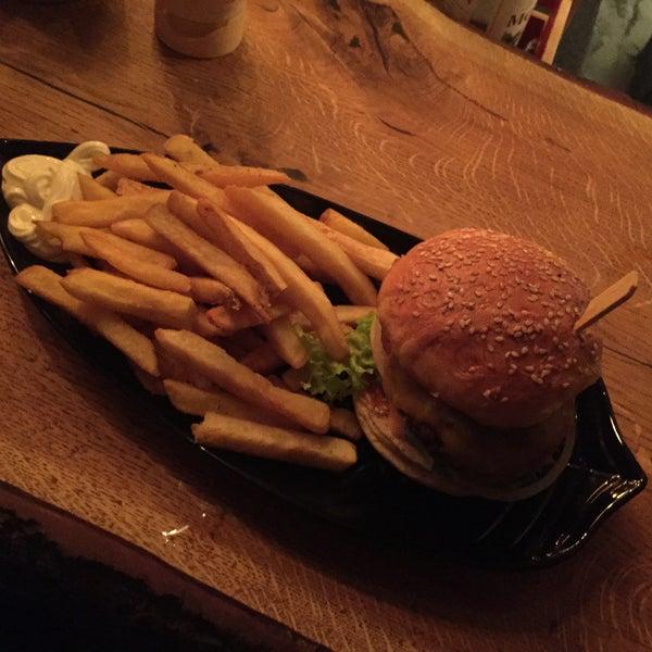 Sehr gute Burger, gemütliches Ambiente. Nie leer der Laden, deshalb reservieren oder an der Theke essen. Die Preise sind gehoben, aber sind es wert. Für Burger, Pommes, Getränk, Trinkgeld ca 14€+.