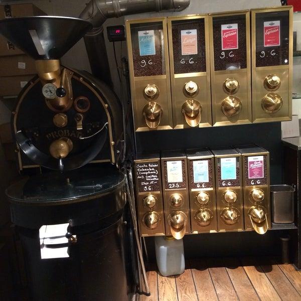 Das Foto wurde bei Adriano's Bar & Café von Iva K. am 6/16/2016 aufgenommen