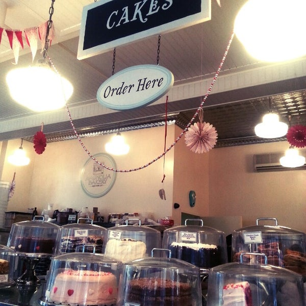 Photo taken at Magnolia Bakery by Elyse P. on 2/14/2013