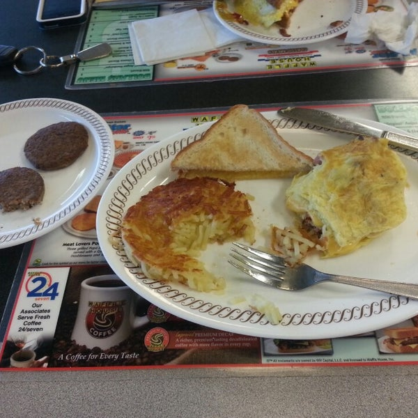 Photo taken at Waffle House by Victor H. on 8/31/2013