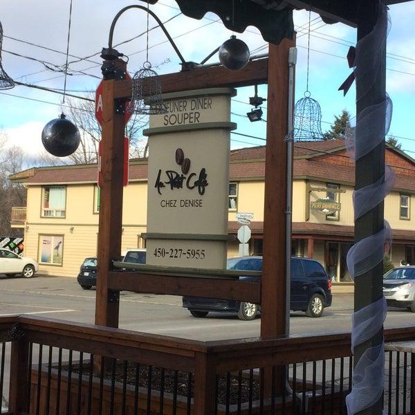 Photo prise au Au Petit Cafe Restaurant Chez Denise par Alida C. le11/28/2015