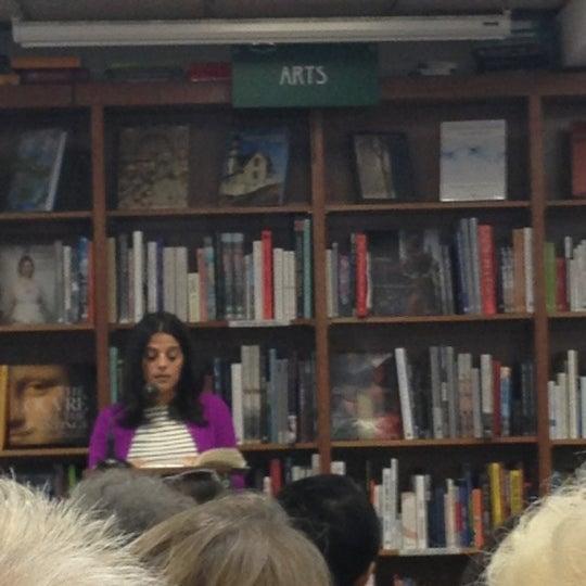 Foto tirada no(a) Politics & Prose Bookstore por Lara K. em 9/30/2012
