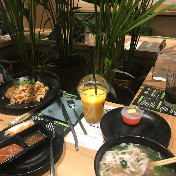 Снимок сделан в Joly Woo Стрит-фуд кафе вьетнамской кухни пользователем Н 11/12/2017