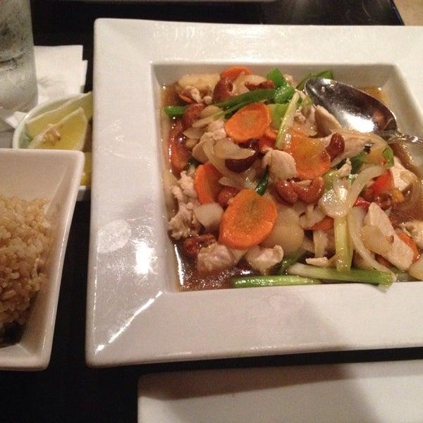 Foto tomada en Red Koi Thai & Sushi Lounge por G S. el 7/21/2014
