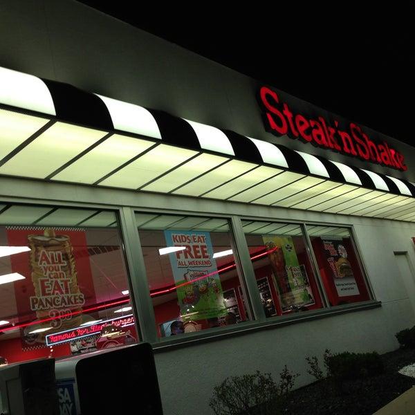 Photo taken at Steak 'n Shake by Nacho☝ on 4/14/2013