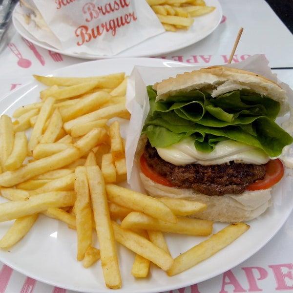 Foto tirada no(a) Brasil Burger por Barbara C. em 6/28/2014