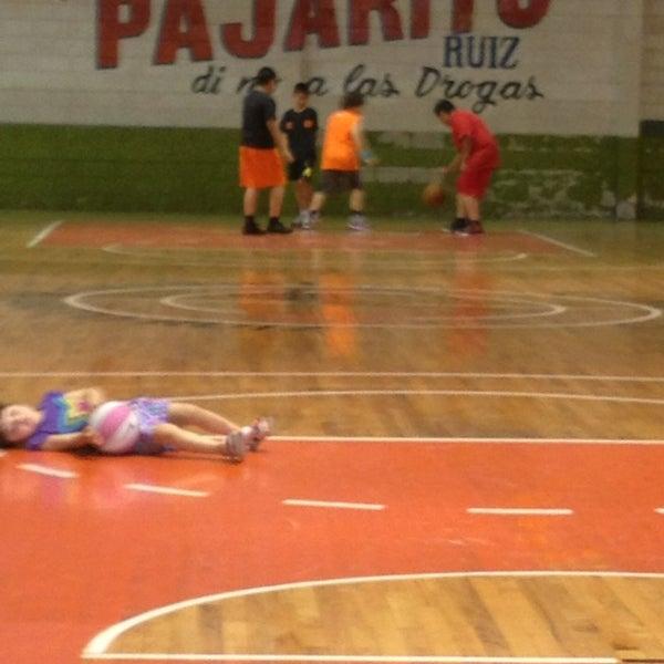 Gimnasio ernesto pajarito ruiz cancha de baloncesto en for Gimnasio 8 de octubre