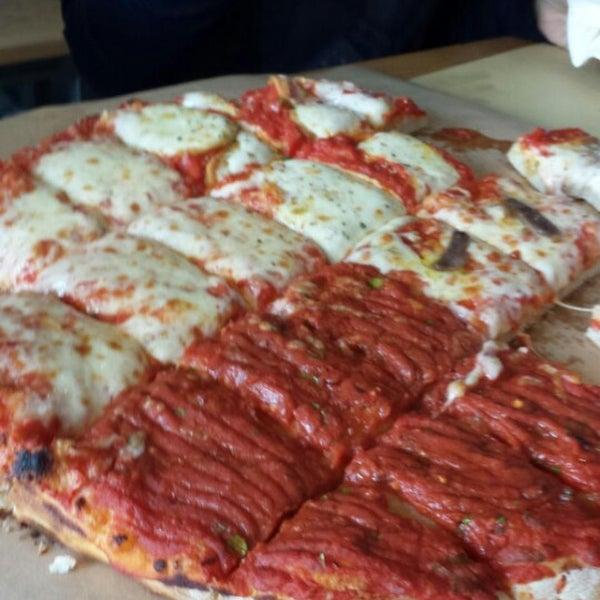 Pizze enormi ad impasto decisamente particolare (alto, nè napoletano nè romano) tuttavia molto digeribile. Solo 5 gusti: margherita, funghi, napoli, marinara e provola. Prezzi contenutissimi!