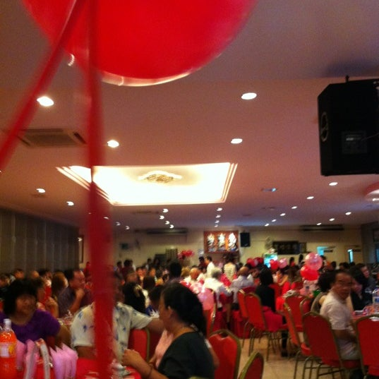 Photo taken at 双喜楼冷气酒家 by Emily Chiew . on 9/23/2012
