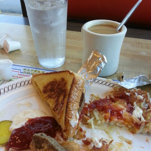 Photo taken at Waffle House by Angela F. on 11/7/2013