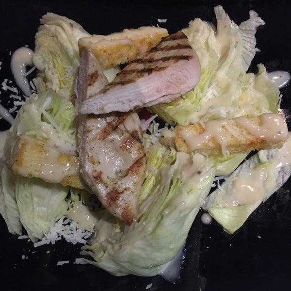 Интересная подача салата Цезарь, правда не совсем удобно кушать. Вкусная паста. На баре официанты пашут до седьмого пота, при мне одна потеряла сознание.