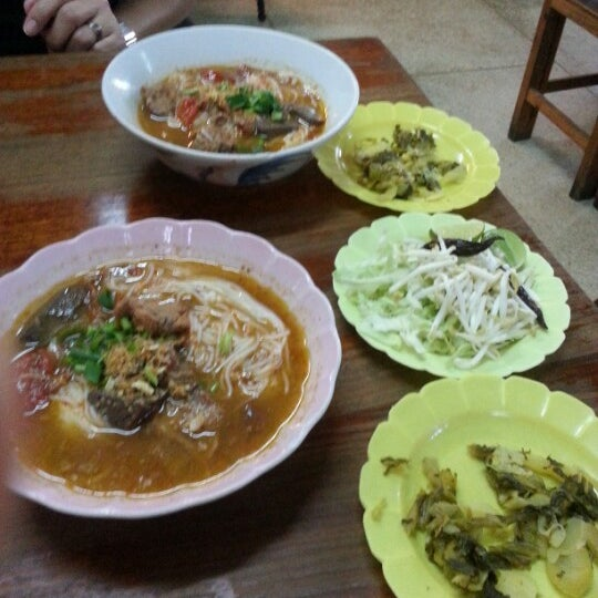 Photo taken at Kao Soi Lamduan Fa Ham by Jeab132 Y. on 12/26/2012