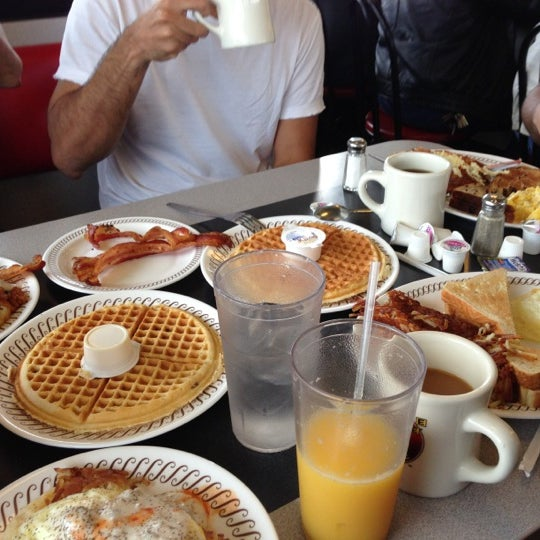 Photo taken at Waffle House by Sohail G. on 9/30/2012