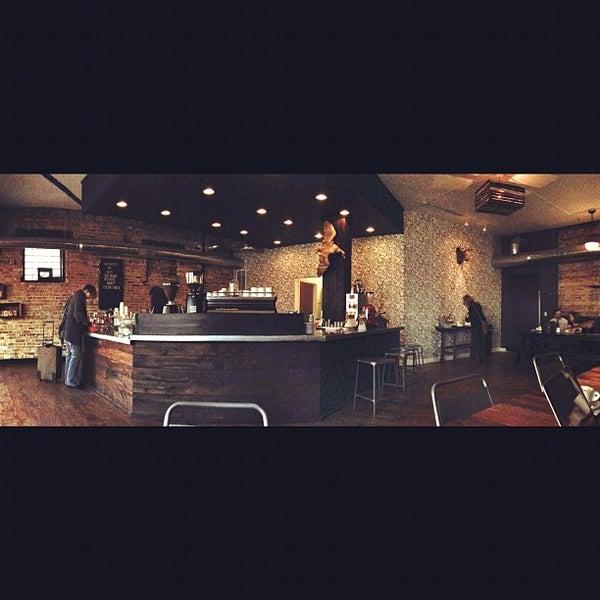 Foto tomada en Gaslight Coffee Roasters por Mike B. el 10/25/2012