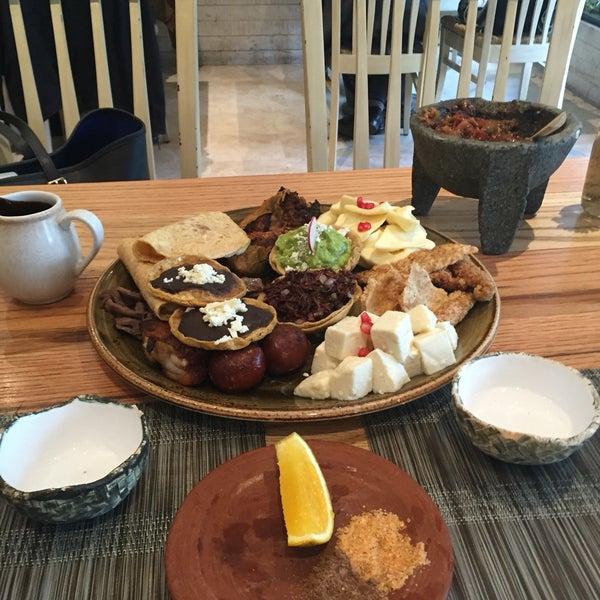 Tamal de elote!!!! El detalle de preparar la salsa en la mesa está maravilloso!