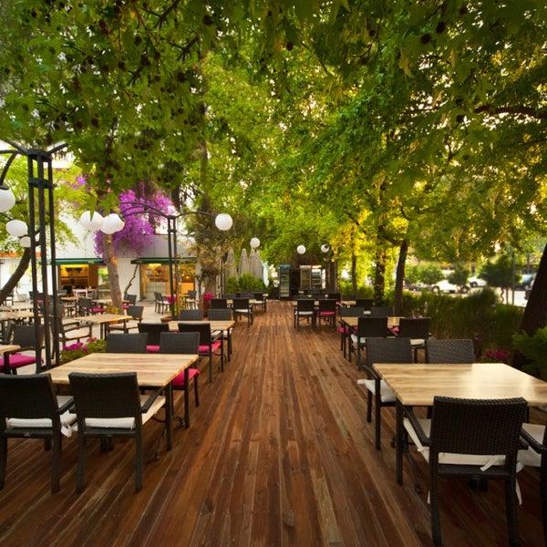 Sehir merkezinde kendinizi doğayla ic ice hissedebileceğiniz cok ender mekanlardan biridir ; Limon H2O Cafe-Bistro .
