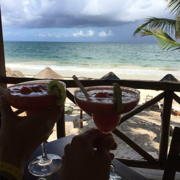 O hotel é lindo, na beira da praia de frente pro mar. A comida é boa.