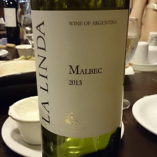 Carta de vinhos interessante é preços que variam de 125 a 300 pesos para vinhos medios, sejam malbec, cabernet ou estilos latinos. O La Linda Malbec 2013 foi recomendado pelo garçom e estava ótimo.