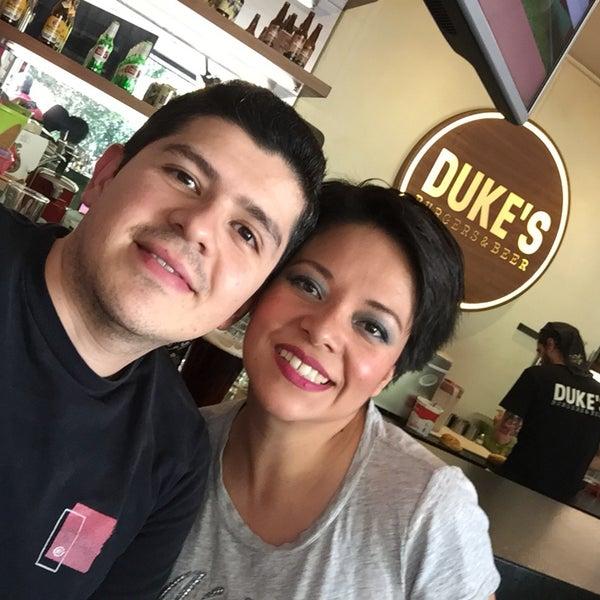 Foto tomada en Duke's Burgers & Beer por Alejandro C. el 5/21/2017